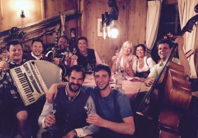 Musiker sitzen am Tisch zusammen