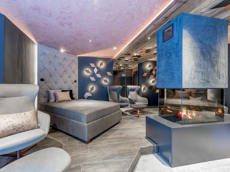 Doppelbett und Ofen in einer Suite