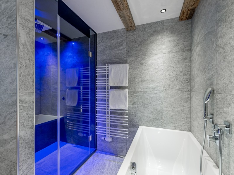 Badewanne in einem Badezimmer