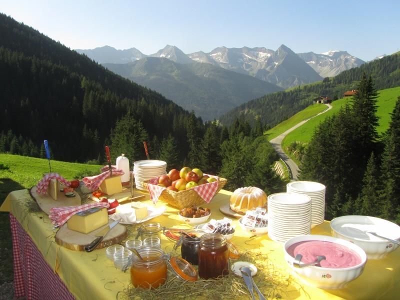 Frühstück auf einem Tisch in der Natur