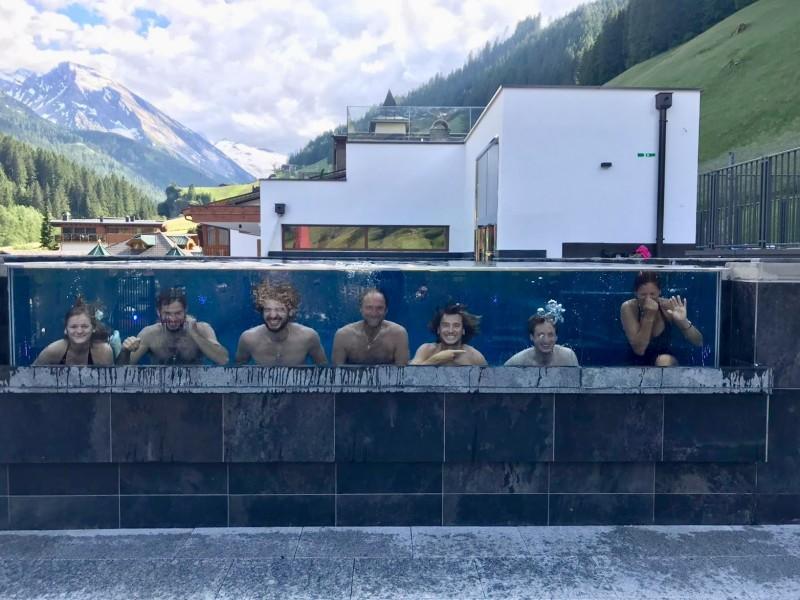 Personen unter Wasser im Außenpool