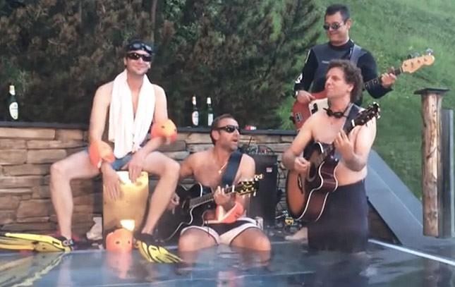 Vier Männer machen Musik am Pool