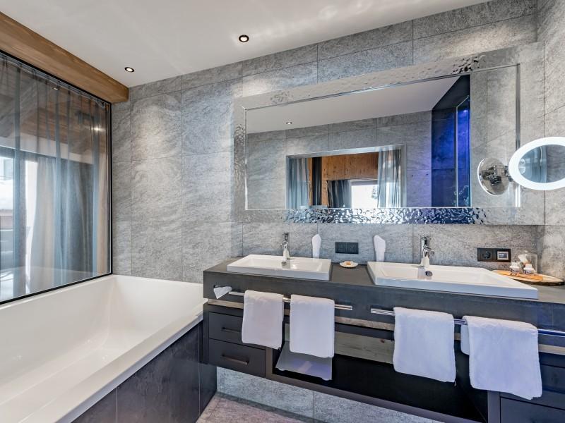 Zwei Waschbecken und Badewanne in einem Badezimmer
