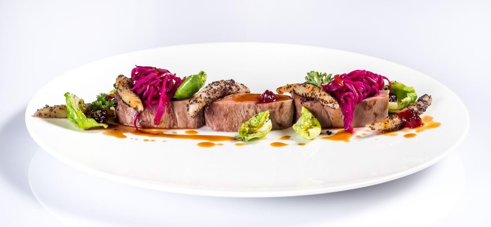 Schön angerichtetes Fleischgericht mit Gemüse