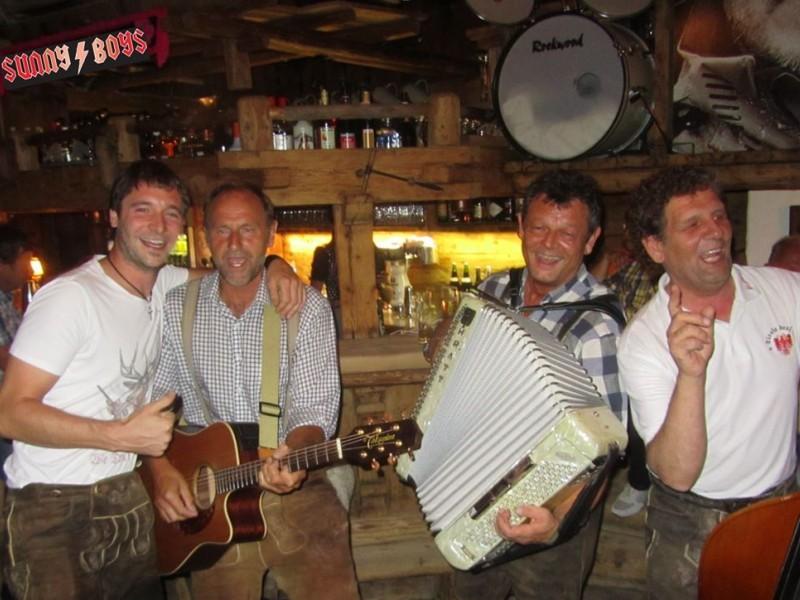 Vier Männer musizieren bei der Bar
