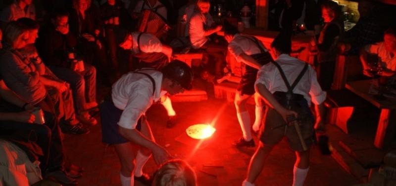 Rotes Licht am Boden, um das Menschen im Kreis stehen