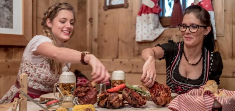Zwei Frauen beim Fleisch essen